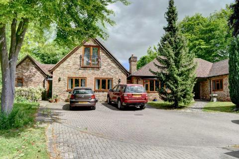 6 bedroom detached house to rent - Risborough Road, Great Kimble