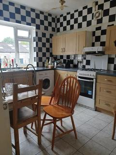 3 bedroom flat to rent - 3 Bed Flat to Rent in  London Road, Cheam, Sutton
