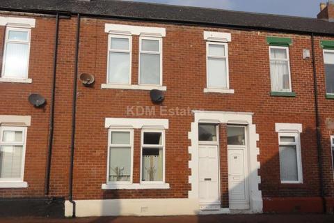 3 bedroom flat to rent - Sandringham Road, Roker