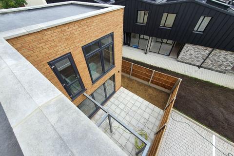 Studio to rent - Heath Road, Thornton Heath, CR7 8NF