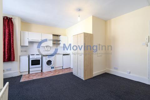 Studio to rent - Melfort Road, Thornton Heath, Surrey, CR7