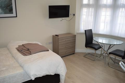 Studio to rent - Clifford Avenue, Ilford, Essex, IG5