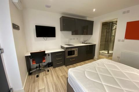Studio to rent - High Road