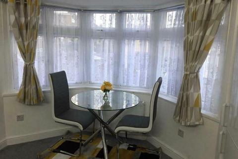 1 bedroom house to rent - Connaught Avenue, Hounslow