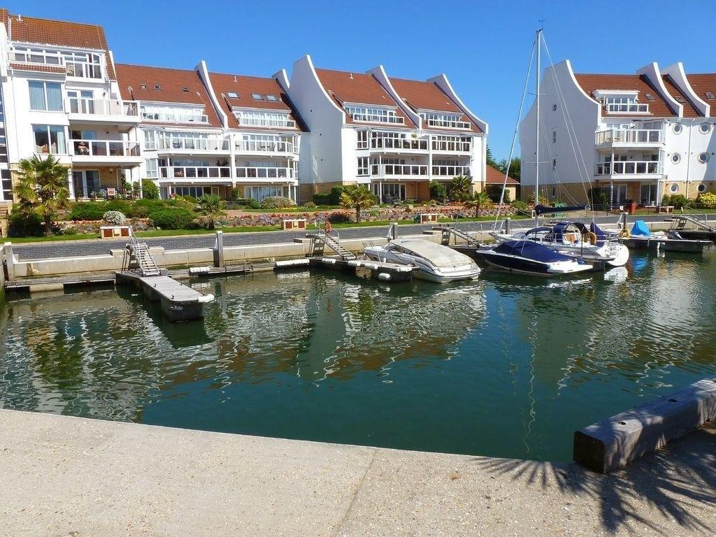 2 Bedrooms Apartment Flat for sale in Lake Avenue, Hamworthy, Poole