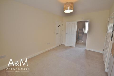 4 bedroom semi-detached house to rent - New Mossford Way, Barkingside
