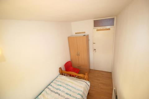 3 bedroom house share to rent - Beaconsfield Road, London, E16