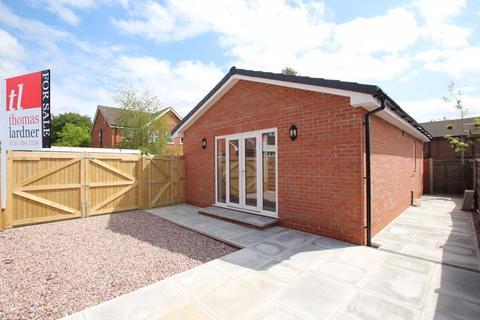 2 bedroom detached bungalow for sale - Cottage Gardens, Bredbury