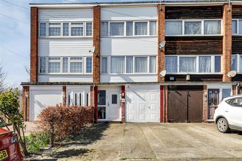 3 bedroom townhouse for sale - Wykeham Road, SITTINGBOURNE