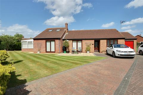 3 bedroom bungalow for sale - Elm Garth, Roos, Hull, East Yorkshire, HU12