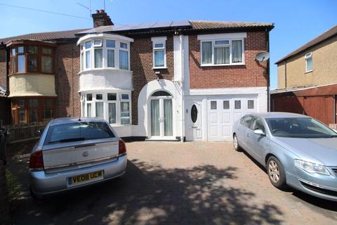 5 bedroom semi-detached house for sale - 5 BEDROOMS on Woodland Avenue, Luton