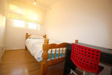 3 bedroom house share to rent - Beaconsfiield Road, London, E16
