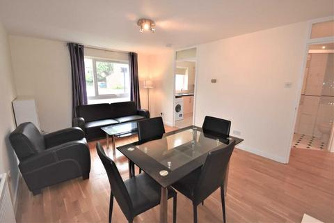 2 bedroom flat - Ravensmede Way, Chiswick