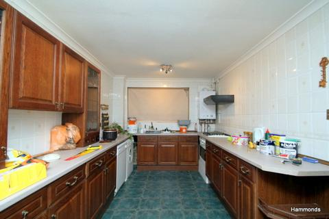 3 bedroom flat to rent - Robinia Close, Ilford