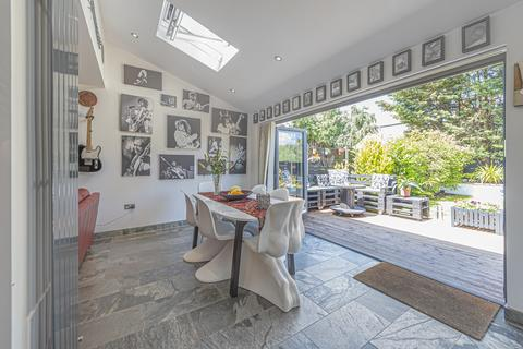 4 bedroom end of terrace house for sale - Selworthy Road London SE6