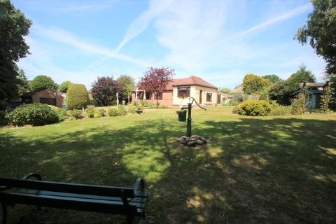 1 bedroom detached bungalow for sale - Crown Road, Hockley