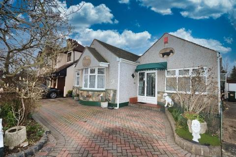 2 bedroom semi-detached bungalow for sale - Beverley Gardens, Hornchurch, RM11