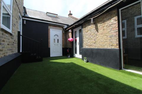 Studio to rent - High Street, Penge, SE20