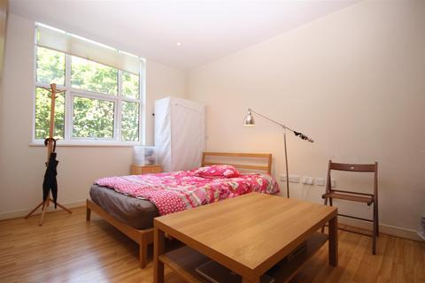 Studio to rent - Bromyard House, Bromyard Avenue, London