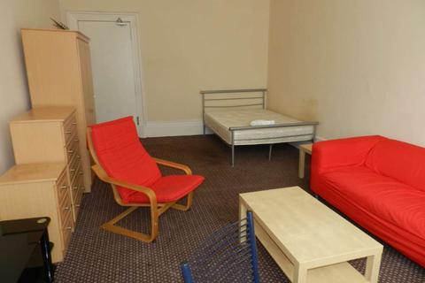 Studio to rent - Queens Drive, Queenspark