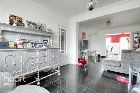 3 bedroom semi-detached house for sale - Sheringham Avenue, Romford
