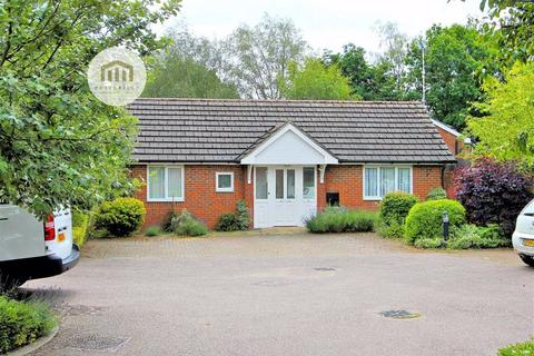 2 bedroom detached bungalow for sale - Wolves Mere, Woolmer Green, SG3 6JW