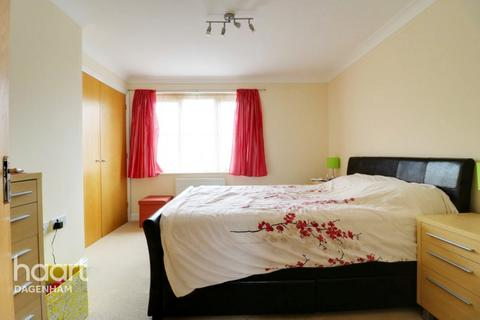 2 bedroom flat for sale - Tallow Close, Dagenham