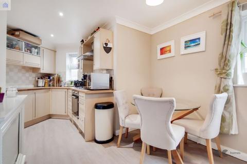 2 bedroom apartment for sale - Paignton Close, Romford