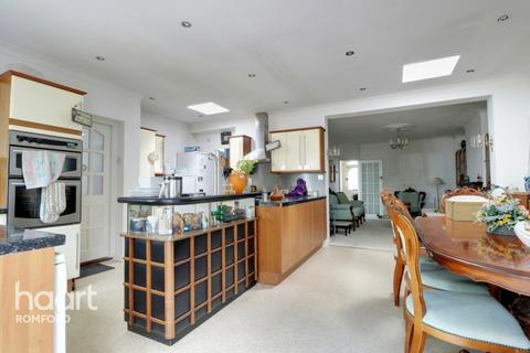 3 bedroom bungalow for sale - Pettits Lane North, Romford