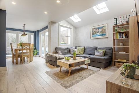 2 bedroom flat for sale - Chantrey Road, Brixton