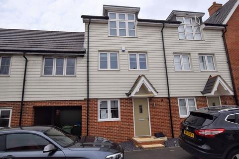 4 bedroom terraced house for sale - Excalibur Road, Aylesbury