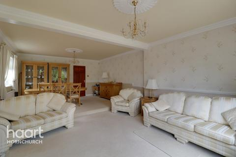 3 bedroom semi-detached house for sale - Berwick Road, Rainham