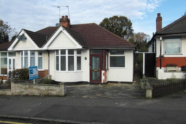 3 Bedrooms Semi Detached Bungalow for rent in Hill Rise, Upminster, Essex, RM14 2RA