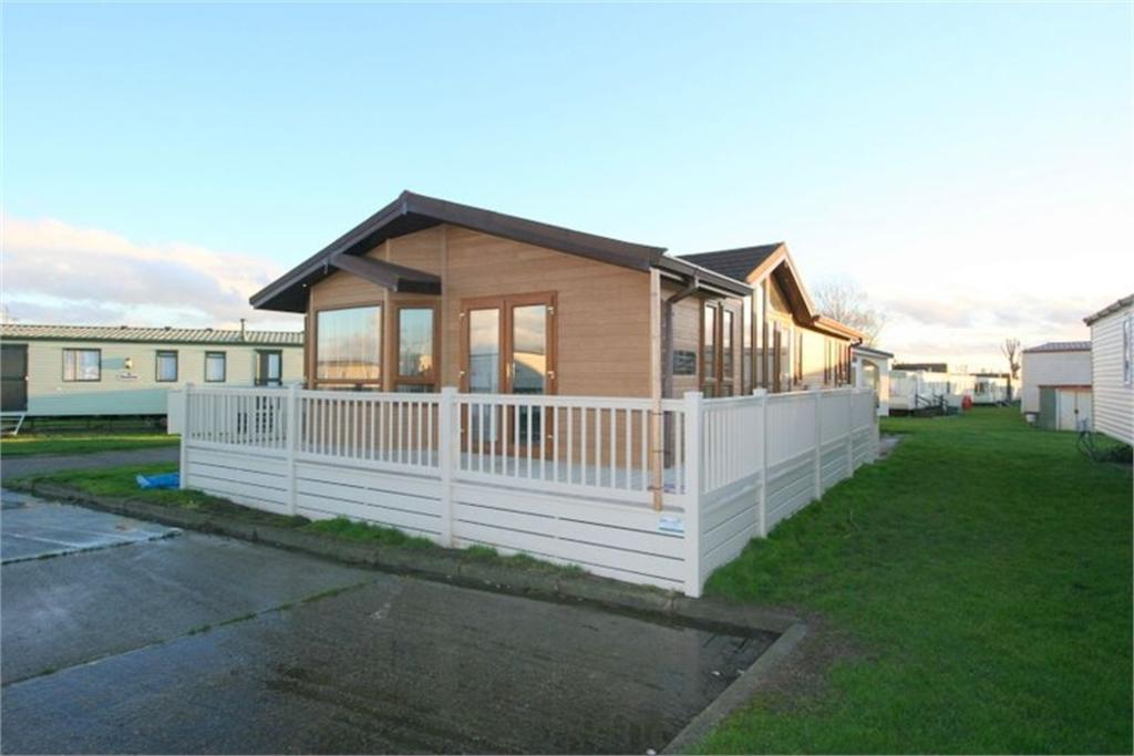 2 Bedrooms Park Home Mobile Home for sale in Highfield Grange, London Road, CLACTON-ON-SEA, Essex