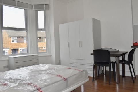 Studio to rent - Warwick Road, New Barnet