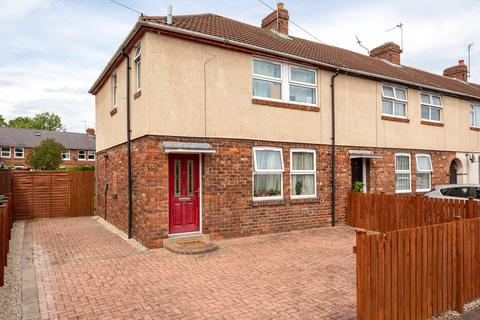 4 bedroom end of terrace house for sale - Constantine Avenue, York, YO10