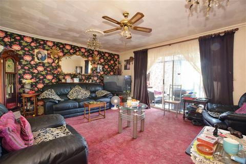 2 bedroom bungalow for sale - Lower Mardyke Avenue, Rainham, Essex