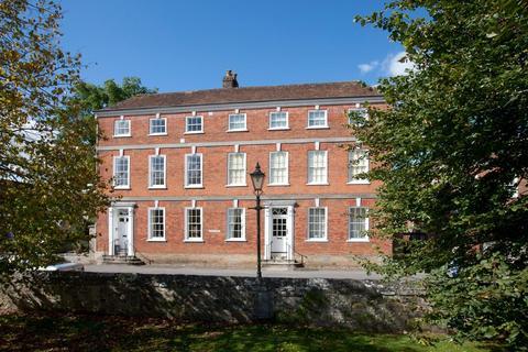 2 bedroom flat - The Close, Salisbury