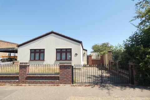3 bedroom bungalow for sale - Acer Avenue, Rainham RM13