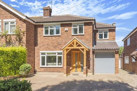 4 bedroom semi-detached house for sale - Nyth Close, Upminster, RM14
