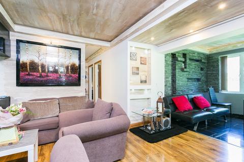 2 bedroom flat for sale - Serbin Close, Leyton, E10