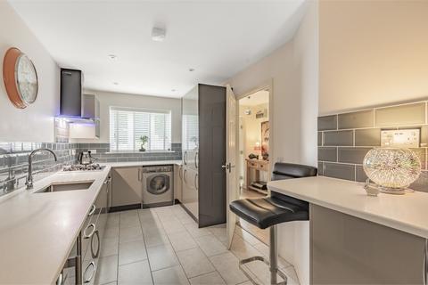 2 bedroom end of terrace house for sale - Fairwater Drive, Shepperton, Surrey