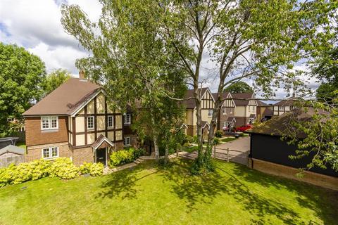 4 bedroom detached house for sale - Lambourne Close, Banstead