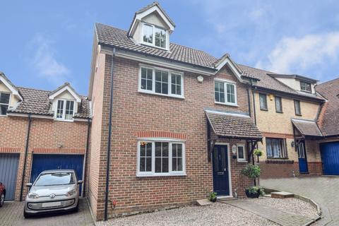 4 bedroom detached house for sale - Lukins Drive, Dunmow, Essex, CM6
