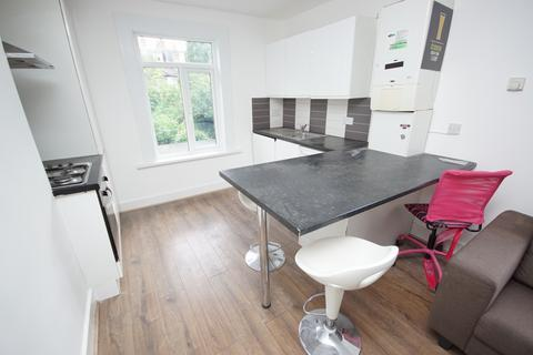 3 bedroom apartment to rent - Raleigh Road, Turnpike Lane, N8