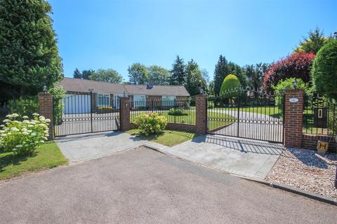 3 bedroom detached bungalow for sale - Golf Side, South Cheam