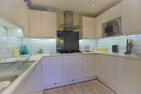 4 bedroom semi-detached house to rent - Fairlead Road, Cowes