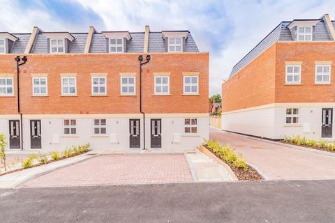 4 bedroom end of terrace house for sale - Wykeham Court, Osborne Road, Andover