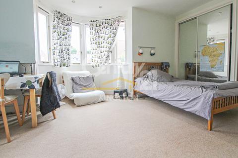 Studio to rent - Balaclava Road, Surbiton, Surrey, KT6
