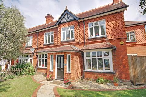 4 bedroom semi-detached house for sale - Eastworth Road, Chertsey, Surrey, KT16